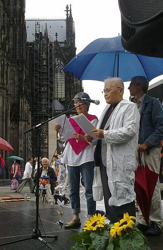 Hiroshima-Nagasak-Gedenken. Kundgebung 6. August 2011 vor dem Kölner Dom.