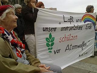 Hiroshima-Nagasak-Gedenken.i Kundgebung 6. August 2011 vor dem Kölner Dom.